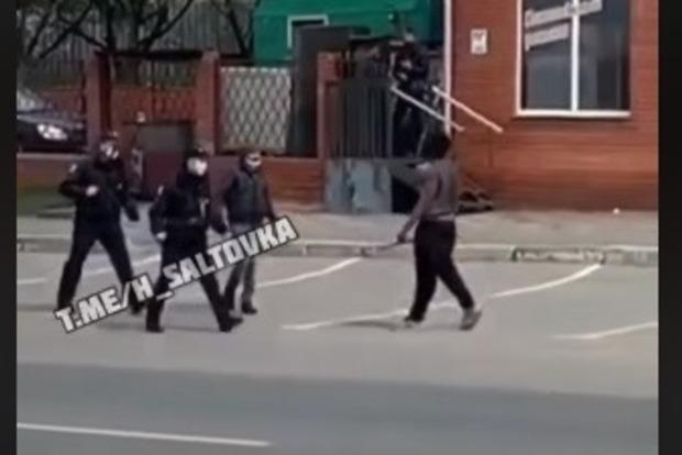 Одичалые: Темнокожий мужчина избил палкой полицейских в Харькове