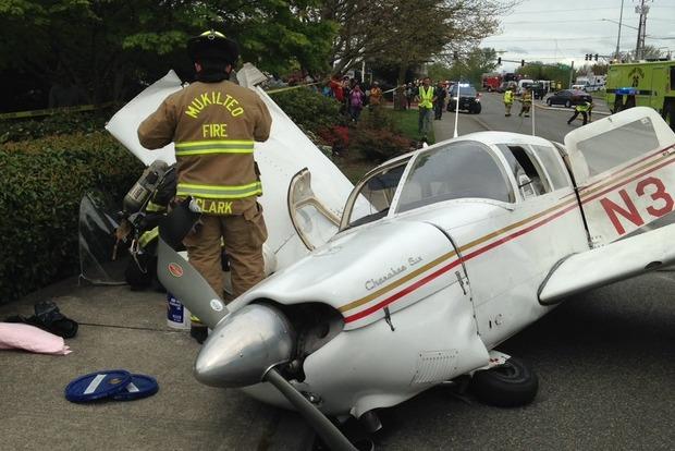В США на оживленную трассу рухнул самолет: сгорели несколько автомобилей