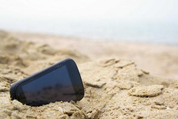 Курортные форс-мажоры: как спасти телефон от воды, песка и перегрева