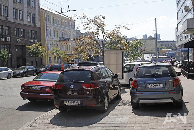 С сегодняшнего дня парковки в Киеве стали безналичными. Но как заставить их работать на бюджет города?