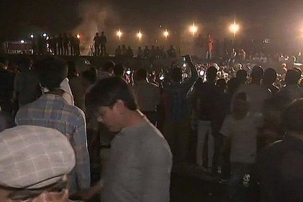 Число жертв наезда поезда на толпу в Индии возросло до 61