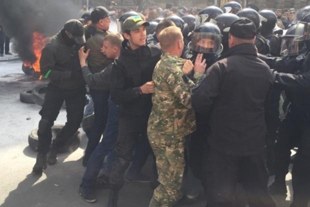 Под АП произошла стычка между правоохранителями и активистами
