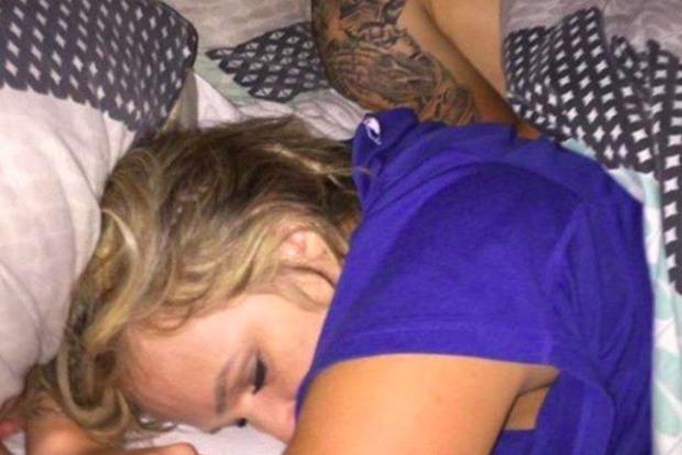 В Техасе парень сделал селфи со своей спящей девушкой и ее любовником