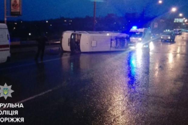 В Запорожье на дамбе перевернулась маршрутка с пассажирами