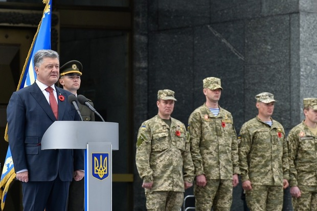 Порошенко объяснил украинцам коварство акции «Бессмертный полк»