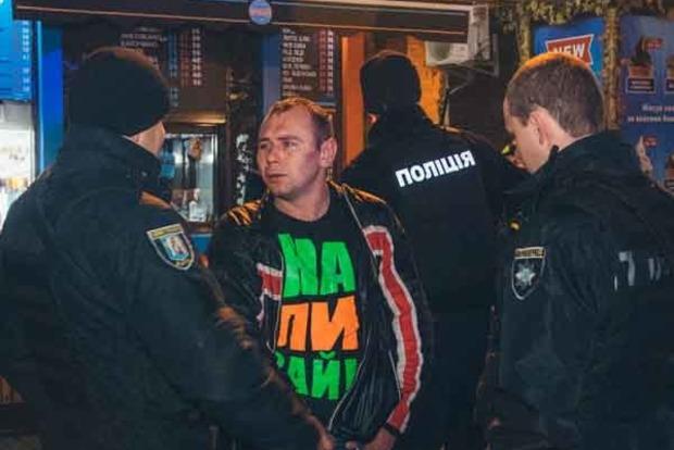 В центре Киева неадекватный мужчина покусал людей. Двое в больнице