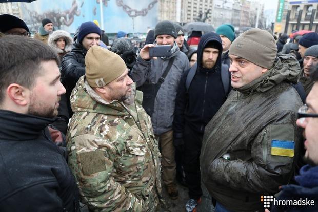 ВКиеве поклонники Порошенко вступили всхватку с солдатами «Азова»