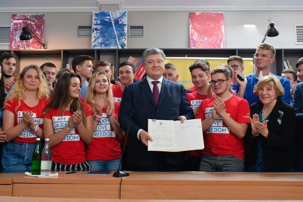 К годовщине безвиза: Порошенко подписал закон об Антикоррсуде