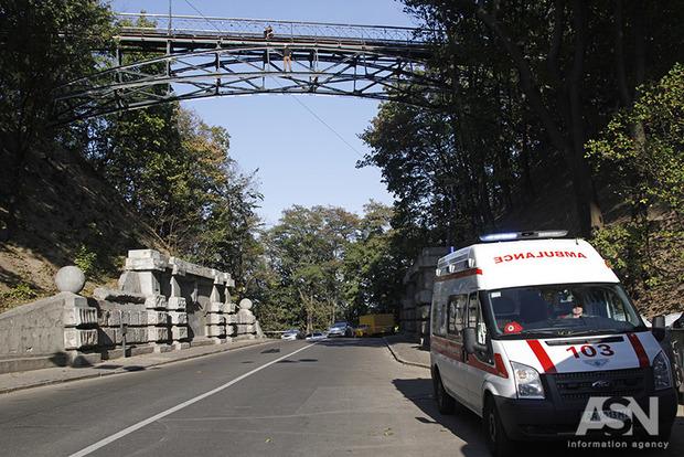 Мужчина навеселе уже четыре часа висит на Мосту влюбленных в Киеве