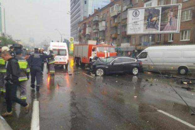 В Киеве в результате ДТП на проспекте Победы упали провода, движение перекрыто