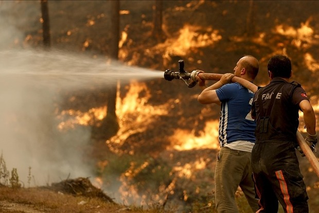 В курортной Анталье продолжается тушение лесных пожаров