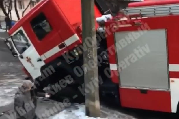 Коварные дороги Киева: ушла под асфальт пожарная машина