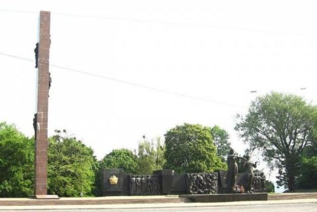 Во Львове демонтируют аварийную стелу Мемориала Славы