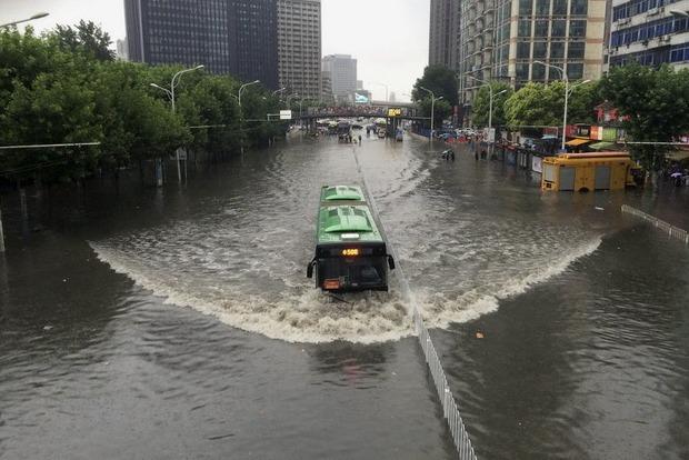 В Китае из-за наводнений пострадали 30 тысяч человек