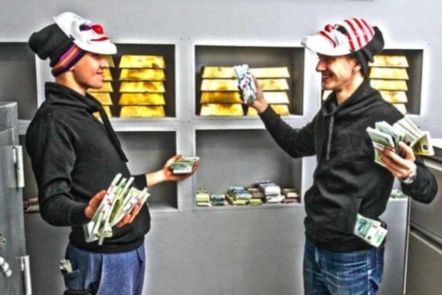 Подполковник и майор Нацполиции отобрали у грабителей 2 млн долларов