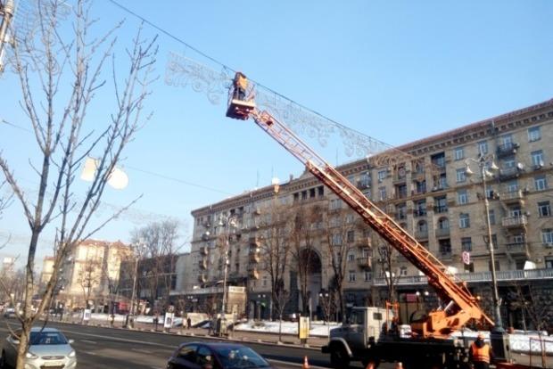 На Крещатике в Киеве начали снимать новогоднюю иллюминацию