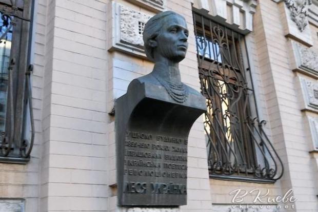Пока Аваков воевал с палаточным городком, воры украли бронзовый бюст Леси Украинки в центре Киева