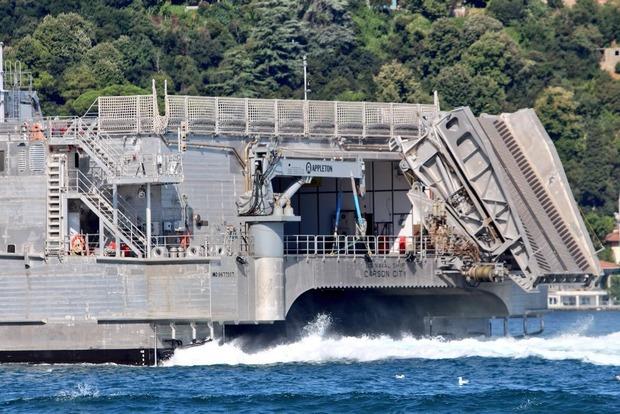 В Черное море вошел гигантский десантный корабль ВМФ США