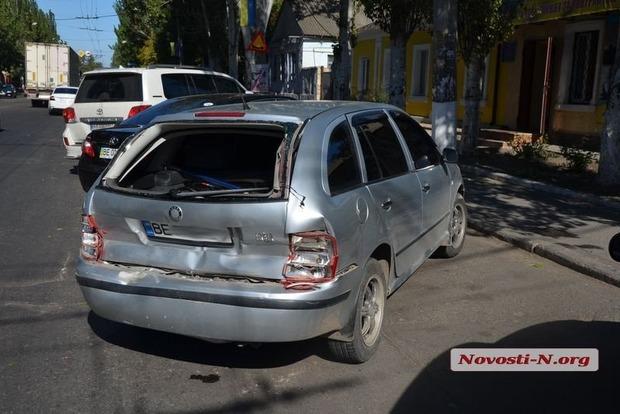 В Николаеве БТР протаранил автомобиль Škoda