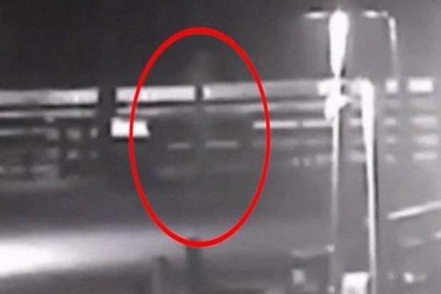 Серый призрак предупреждающий об опасности попал на видео камер наблюдения