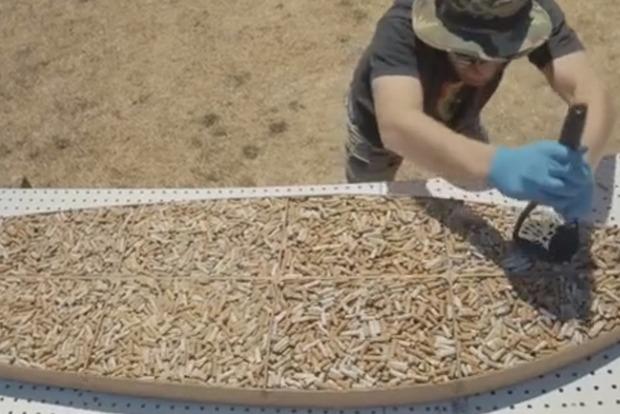 Активист слепил доску для серфинга из 10 тысяч окурков