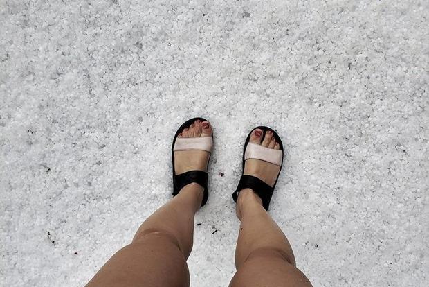 С новым годом! На День Независимости в Карпатах повалил снег, а потом - еще и град