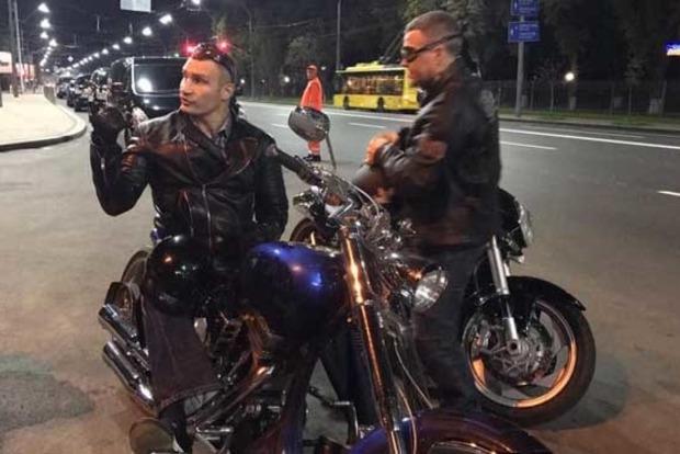 Кличко намотоцикле проверил дороги вКиеве