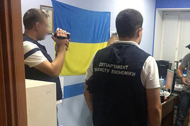 В Запорожье полиция задержала трех налоговиков на взятке