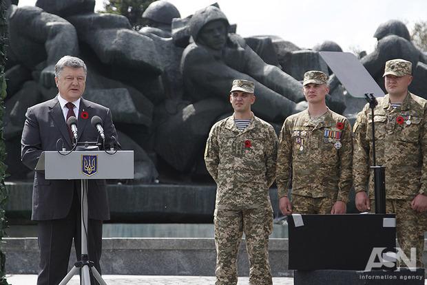 Закон о Донбассе позволит Порошенко формально прекратить АТО - мнение