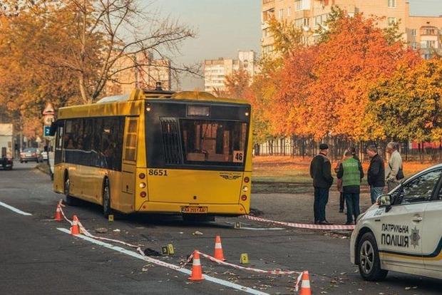 Избили и бросили на дороге. В Киеве автобус переехал раненного мужчину