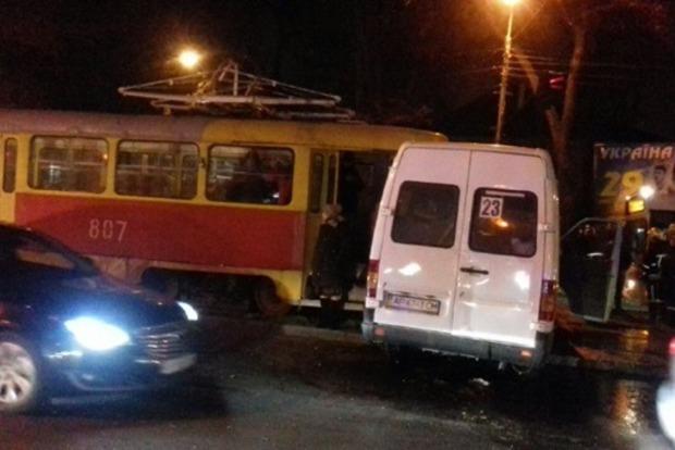 В Запорожье трамвай на полном ходу влетел в забитую маршрутку