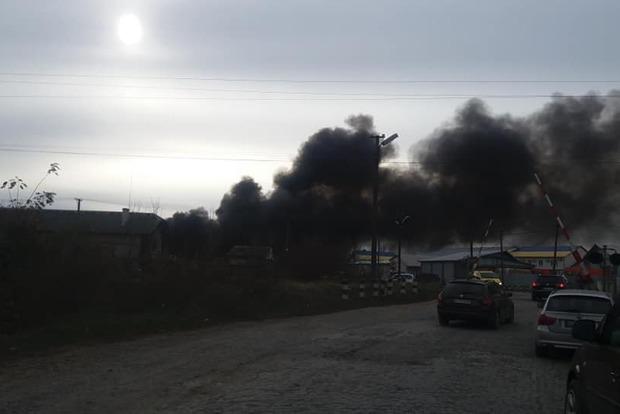 На Закарпатье горят склады с химическими отходами. Дым виден за несколько километров