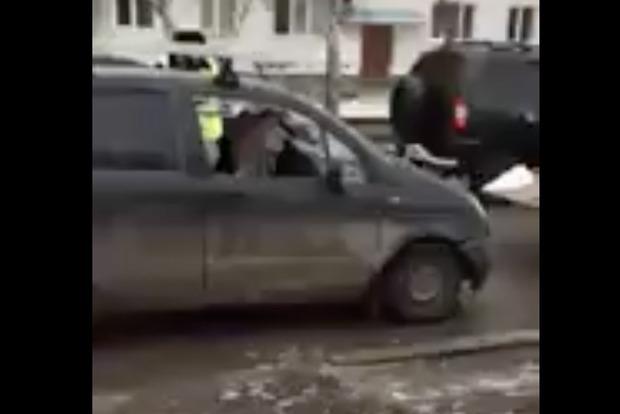 Пьяная россиянка изрубила свою машину топором на глазах у ребенка и гаишников