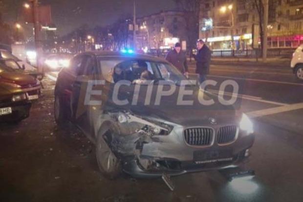 ДТП в Киеве: девушка на BMW сбила пешехода и протаранила три машины