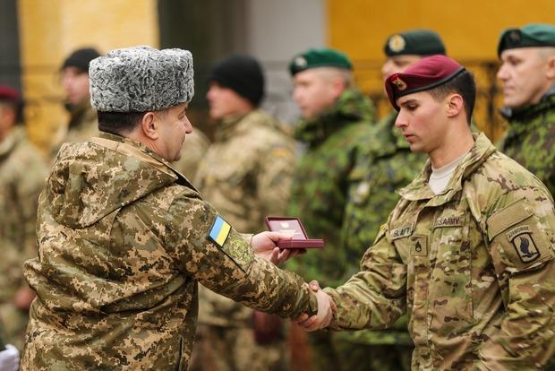 Министр обороны наградил военных из США, Канады и Литвы
