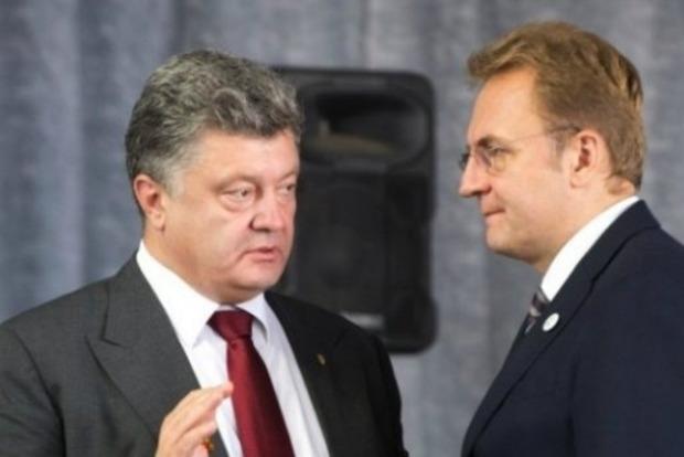 Я б тебя давно уволил: Порошенко во Львове отчитал Садового