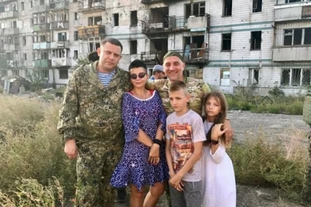 Фотография одиозного Захарченко с семьей рассмешила соцсети