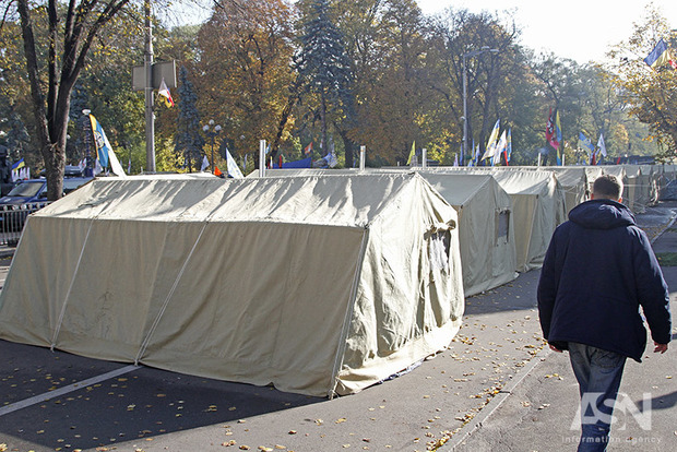 Порошенко недоволен, что Аваков допустил установку палаток под Радой – СМИ