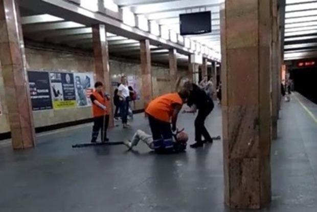 В метро полицейский отлупил дубинкой мужчину. Соцсети ищут причину