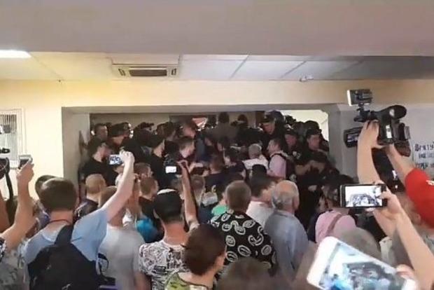 Ні проїзду по 8 гривень! Протестувальники взяли штурмом будівлю КМДА