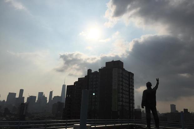 Ленинопад в США: культовую статую демонтировали с крыши здания в Нью-Йорке