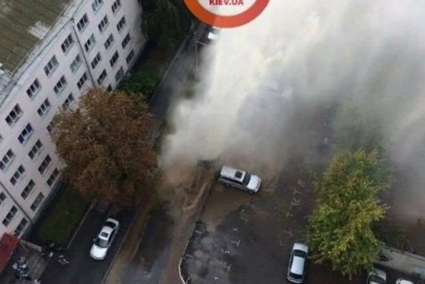 В Киеве прорвало трубу с горячей водой, фонтан бьет выше 4-го этажа