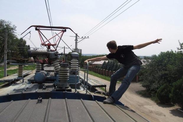 В Киеве двух братьев ударило током на крыше поезда, один погиб