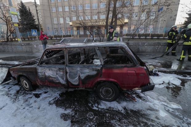 Авто с людьми сгорело в Киеве. Видео с места жуткого происшествия