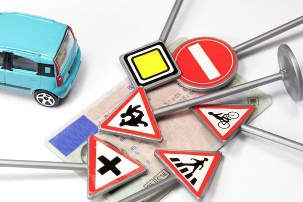 На замітку не тільки водіям, а й пасажирам. В Україні вступили в силу нові Правила дорожнього руху.