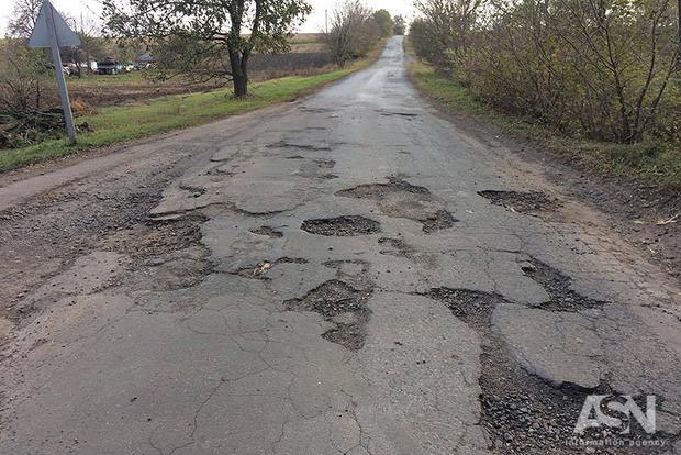 Гройсман заявив, що дороги в Україні відремонтують через п'ять років