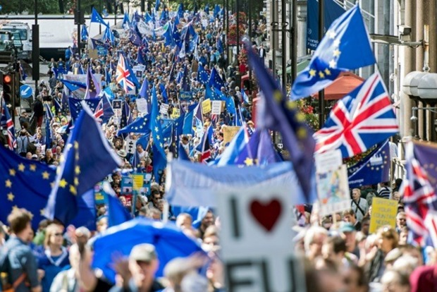 Десятки тысяч людей в Лондоне вышли на марш против Brexit