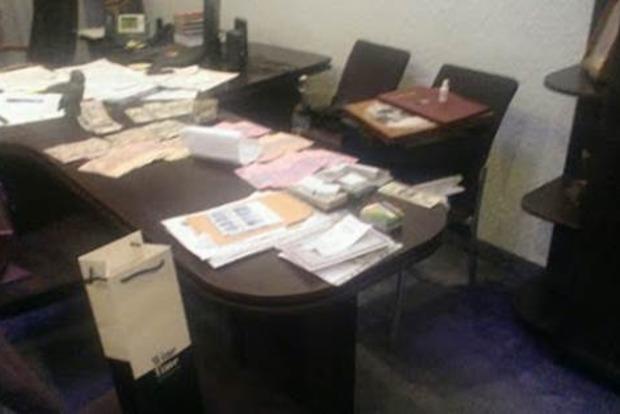 У заместителя прокурора Тернопольской области обыск, найдено 50 тысяч долларов