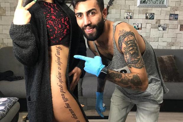 Звезда Instagram нанесла на все тело татуировки с множеством ошибок