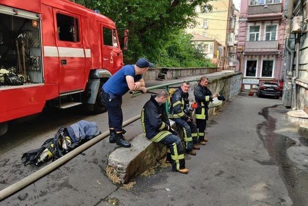 В Киеве неадекватный погорелец напал на пожарников